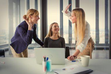 Drei Frauen um einen Computer