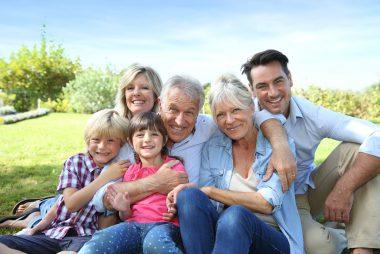 Familie mit Eltern, Großeltern und Kindern