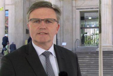 Uwe Schünemann MdL vor dem Niedersächsischen Landtag