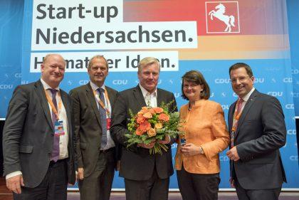 Auf dem Foto stehen von links nach rechts nebeneinander Reinhold Hilbers, Fritz Güntzler, Bernd Althusmann, Maria Flachsbarth und Kai Seefried. Bernd Althusmann hält einen Blumenstrauß in den Händen.