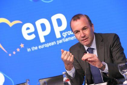 Im Bild ist der CSU-Politiker Manfred Weber zu sehen. Mit der rechten Hand gestikuliert er, mit der linken Hand hält er das Mikrofon.