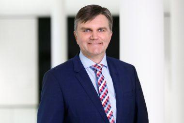Im Bild ist Uwe Schünemann, der stellvertretende Vorsitzende der CDU-Landtagsfraktion, zu sehen. Er blickt in die Kamera.