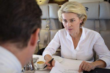 Bundesministerin der Verteidigung, Ursula von der Leyen, im Gespräch während des Fluges von Bukarest nach Prag am 04.06.2015.