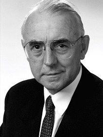 Auf dem Foto ist der ehemalige Justizminister Walter Remmers zu sehen, wie er frontal in die Kamera blickt.