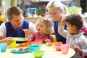Erzieher und Erzieherin mit Kindern (Bild: Adobe Stock)